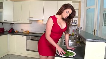 sexxx Emma Leigh Vs HUGE Cucumber - Who wins