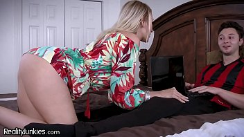 gonzooxxx Best Friends Cougar Mom is Starving for My Cock