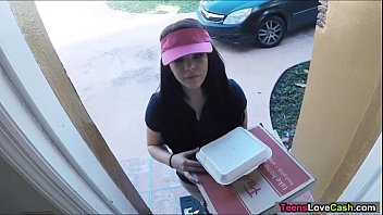 titjob Kimber Woods delivers pizza and bangs customer for more tips