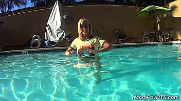 pahubad Hot blonde plays in hotel pool