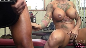 ypujizz Two Big Tit Muscle Girls Play With Each Other In The Gym