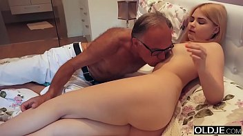 shooshtime 18 yo girl kissing and fucks her step dad in his bedroom