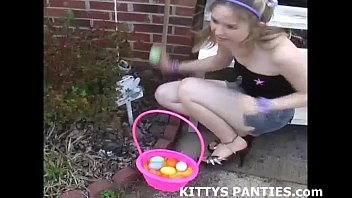 yuporn Cute Kitty flashing her panties while doing a puzzle