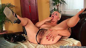 tetonas Busty soccer mom probes her hairy pussy with hand and dildo