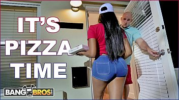 sexporn BANGBROS - Black Pizza Delivery Girl Moriah Mills Delivers Her Big Ass To J-Mac