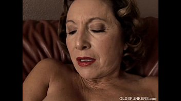 poran com Gorgeous granny with nice big tits fucks her juicy pussy for you
